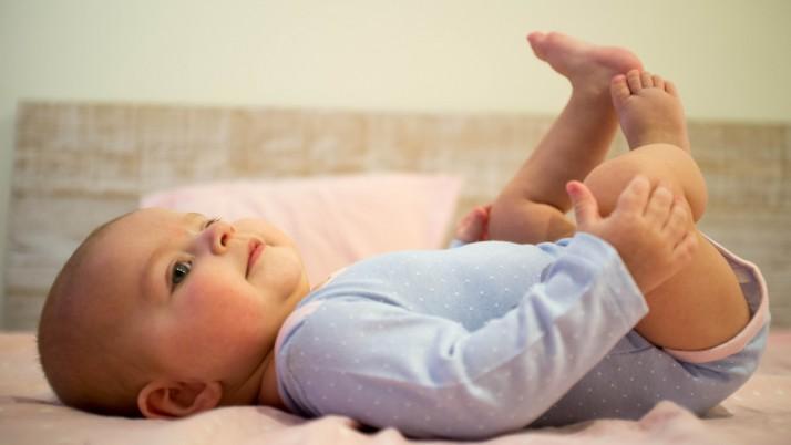 Новородено: Игра на обличанка