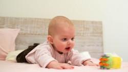 Как мога да направя така, че моето бебе да се забавлява по коремче?