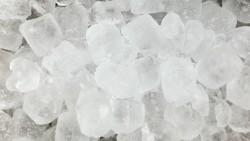 На 1 година: Игра с кубче лед