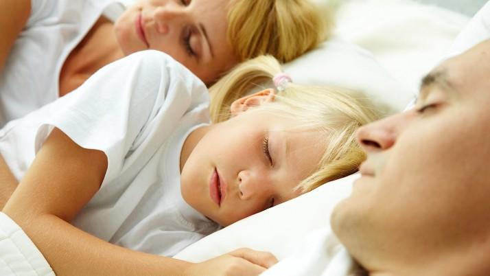 Трябва ли детето да спи  в родителското легло