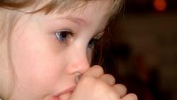 Как да откажем детето да си смуче палеца