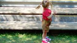 Как да реагирам, когато дъщерята на приятелката ми взима играчките на моето дете?