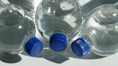 На 3 години: Игра с капачки и пластмасови бутилки