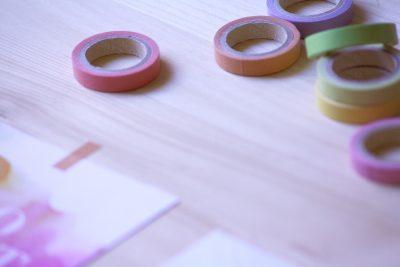 Забавление с цветен изолирбанд