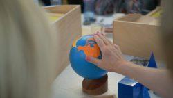 Магията на Монтесори материалите – интервю с мениджър развитие на Nienhuis Montessori Крис Уилемсен