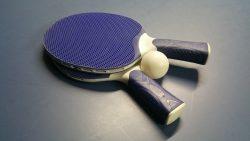 На 1 година: Игра с топчета за пинг-понг