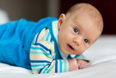 Играе ли бебето, когато хвърля, събаря, изсипва…?