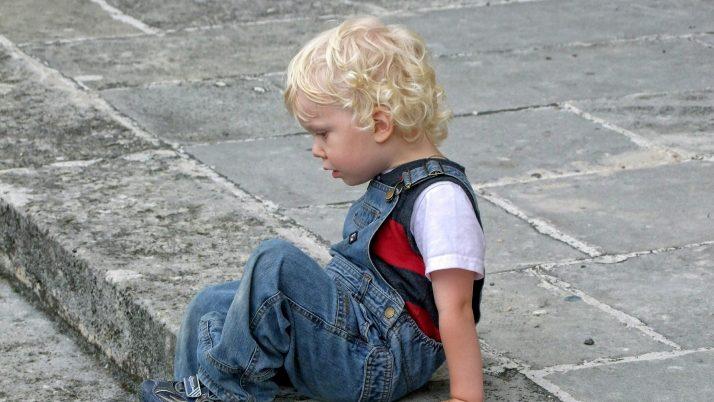 Синът ми удря, когато, опитвайки се да общува с другите деца, те не го разбират и се отдръпват