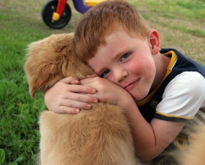 Когато детето играе с домашен любимец