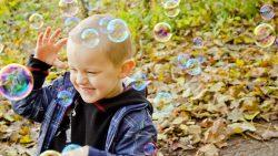 Синът ми на 2 г. продължава да удря другите, въпреки че му обяснявам