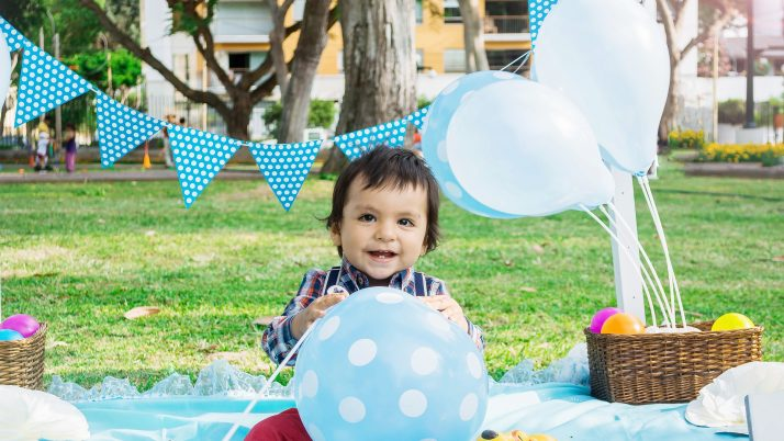 На 9 месеца: Игра с топка на пода